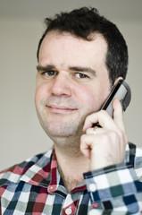 Homme répondant au téléphone