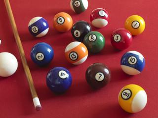 palle numerate sul bigliardo con il  tappeto rosso