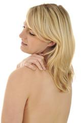 Junge Frau mit Nackenverspannung