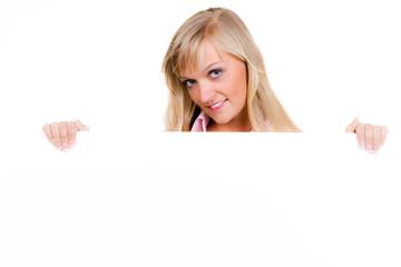 junge blonde frau präsentiert hinweistafel