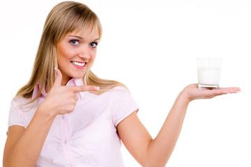 lächelnde frau zeigt mit dem finger auf ein milchglas