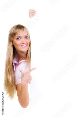 blonde frau zeigt mit finger auf werbetafel