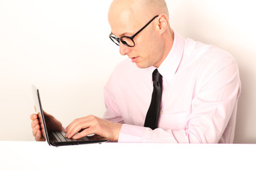 Mann mit Notebook