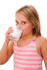Milch trinkendes Mädchen