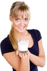 fröhliche junge frau mit einem glas milch
