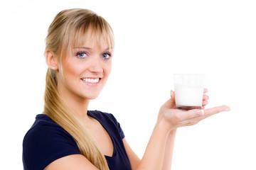 blonde frau hält ein glas milch