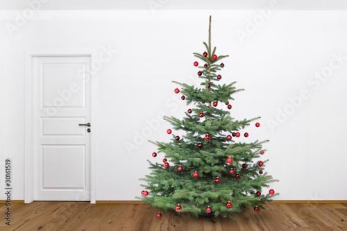 roter weihnachtsbaum im wohnzimmer stockfotos und. Black Bedroom Furniture Sets. Home Design Ideas