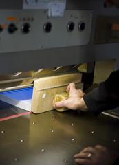 Calage de coupe au massicot chez l'imprimeur
