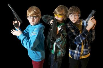 Drei Kids mit Spielzeugwaffen