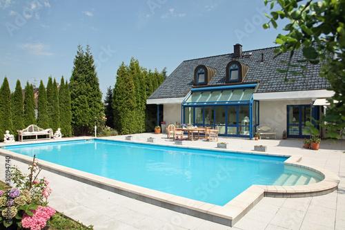 einfamilienhaus mit pool von stefanfister lizenzfreies foto 30194740 auf. Black Bedroom Furniture Sets. Home Design Ideas