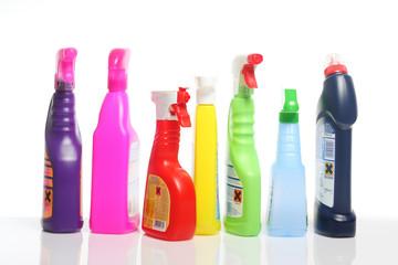Viele bunte Putzmittel in Plastikflaschen