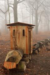 Waldspielplatz im Nebel