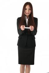 名刺を渡すスーツの女性