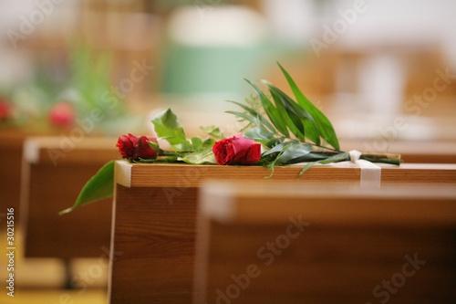 Rosen dekoration in kirche hochzeit stockfotos und for Dekoration hochzeit kirche