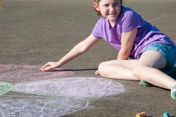 girl drawing on asplhalt