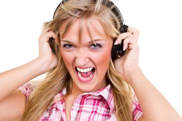 junge frau hört laute musik