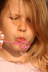 Mädchen beim Seifenblasen