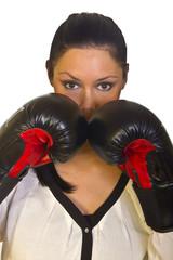 Junge Frau mit Schutz durch Boxhandschuhe