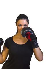 Frau zeigt Boxhandschuhe