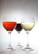 trois verres en couleurs devant fond sombre