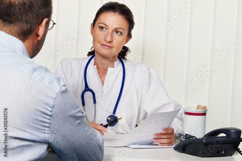 Arzt in Arztpraxis mit Patient. Gespräch und Berat