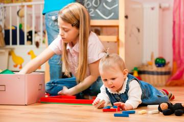 Kinder spielen daheim