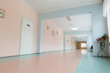 Пустые школьные коридоры.