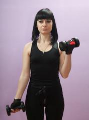 Красивая девушка выполняет дома спортивные упражнения.