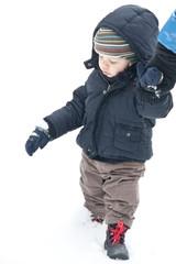 enfant marchant dans la neige