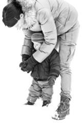 Mère et son enfant dans la neige