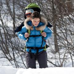 Mère et son fils en randonnée hivernale