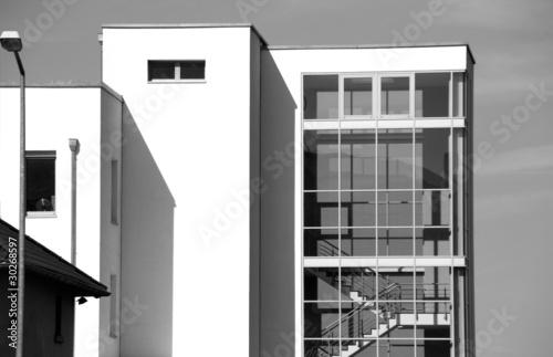 Fassade Bürogebäude mit Treppenhaus schwarzweiss