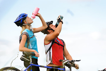 Mountain bike couple drinking
