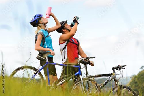 Mountain bike couple drinking - 30288925