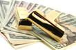 Goldbarren auf Dollarnoten
