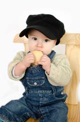 Baby isst Keks