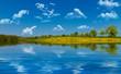 Himmel, See und Blumenwiese