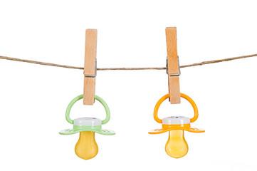 Babyschnuller hängen auf Wäscheleine