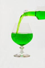 Лимонад в бутылке и бокале