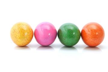 Vier gefärbte Ostereier in der Reihe