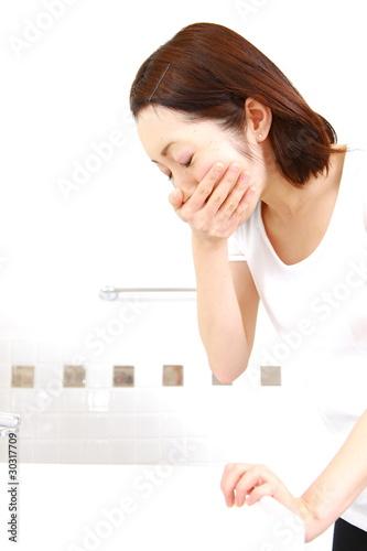 Nausea/吐き気を催す女性