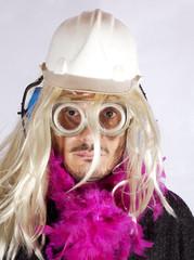 Uomo con parrucca bionda