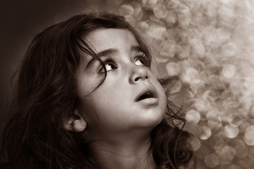 bambina in bianco e nero
