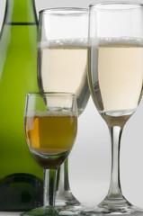 Copas de vino y botella