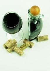 Weinflasche und Glas von oben
