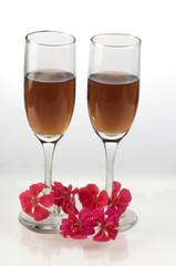 Copas de vino tinto con flores