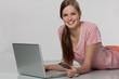 Mädchen kauft online ein
