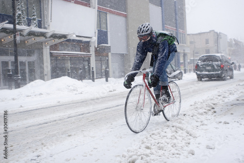 Poster Fietsen Bicycle courier in winter snow storm