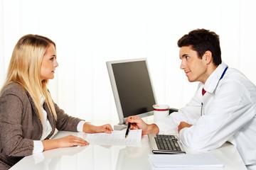 Arztgespräch. Patient und Arzt im Gespräch in Arzt