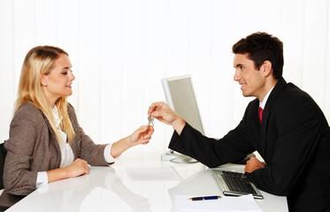 Makler und Mieter machen Mietvertrag.  Schlüssel Ü